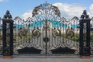 Кованые ворота - популярное украшение